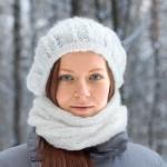 Белая шапочка-шарф