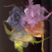 """Украшение брошь """"Роза"""" d=10 см, органза с перьями"""